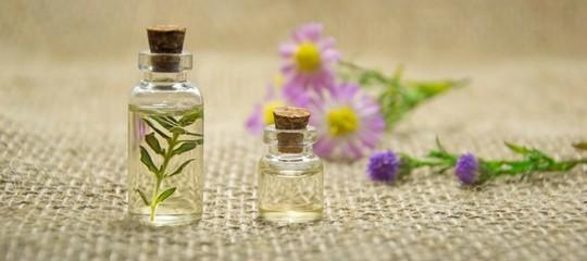 15 huiles essentielles pour votre trousse à pharmacie