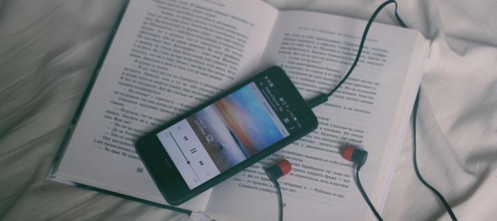 Lire ou écouter un livre audio, c'est du pareil au même selon la science !